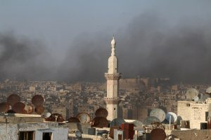 A general view shows rising smoke from burning tyres, which activists said are used to create smoke cover from warplanes, in Aleppo, Syria August 1, 2016. REUTERS/Abdalrhman Ismail
